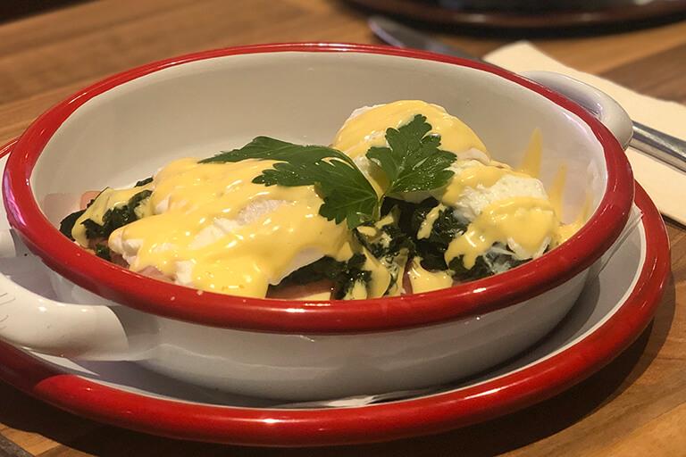 frühstücksgericht im bistro 54, ebensee mit eiern und speck garniert mit petersilie