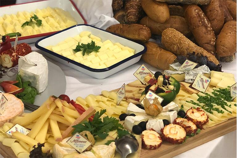 teil eines kalten buffets mit käseplatte, kornspitz, reichlich garniert, catering vom bistro 54, ebensee