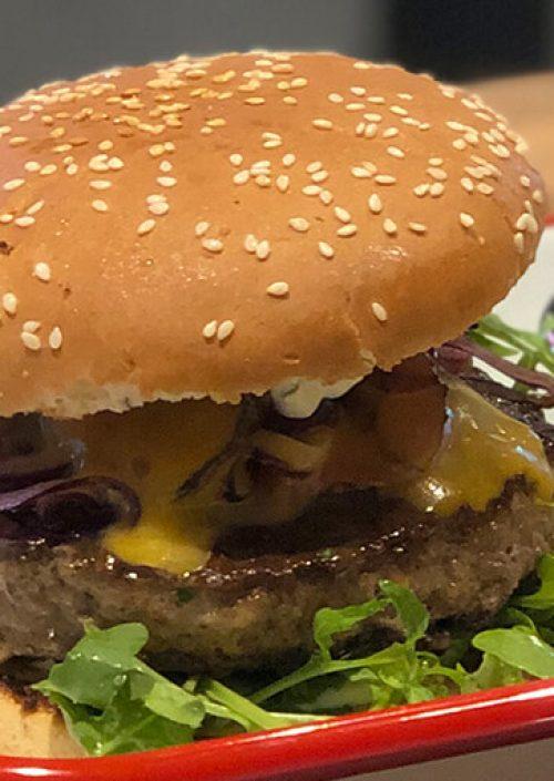 specialburger mit zwiebel und salat vom bistro 54, ebensee